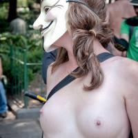 イギリスで裸族イベントwww全裸で自動車反対運動のサイクリング集団wwwwwww