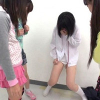 【閲覧注意!!】女子小学生の集団いじめ陰湿すぎwwwww強制お漏らしにクンニ強要!バイブで処女喪失!【JSロリ風画像】